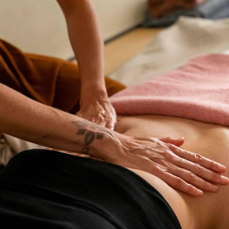 Massage du ventre à l'huile chaude